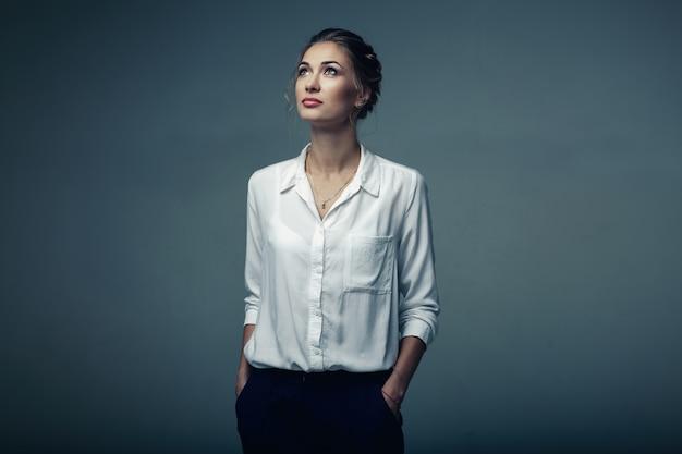 Belle jeune femme en studio Photo Premium