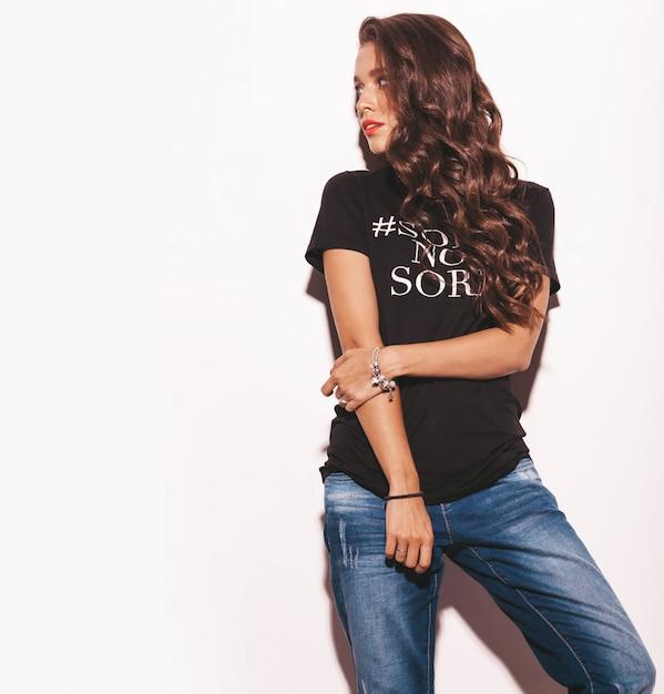 Belle Jeune Femme En T-shirt Noir Tendance Et Vêtements Jeans. Photo gratuit