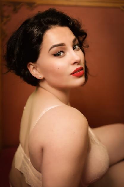 Belle Jeune Femme Taille Plus En Lingerie à L'intérieur Photo Premium