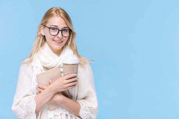 Belle Jeune Femme Tenant Un Livre Photo gratuit