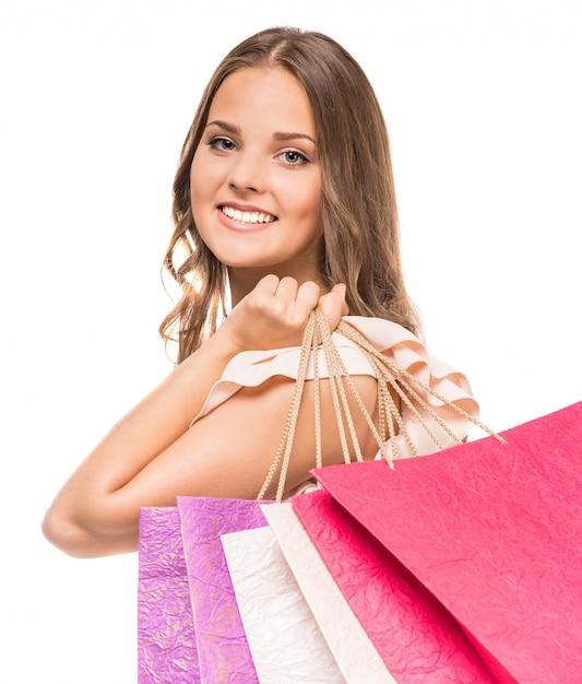 Belle jeune femme tenant des sacs à provisions. Photo Premium