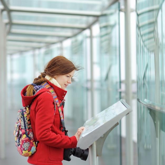 Belle Jeune Femme Sur La Terrasse D'observation Dans L'immeuble Montparnasse à Paris, En France Photo Premium