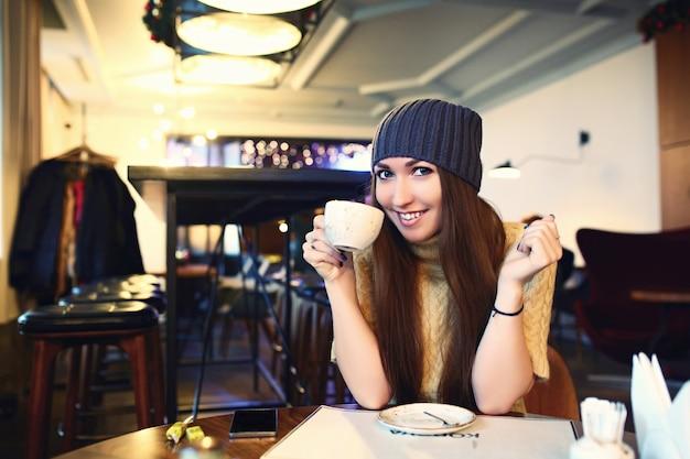 Belle jeune fille au repos dans un café Photo Premium