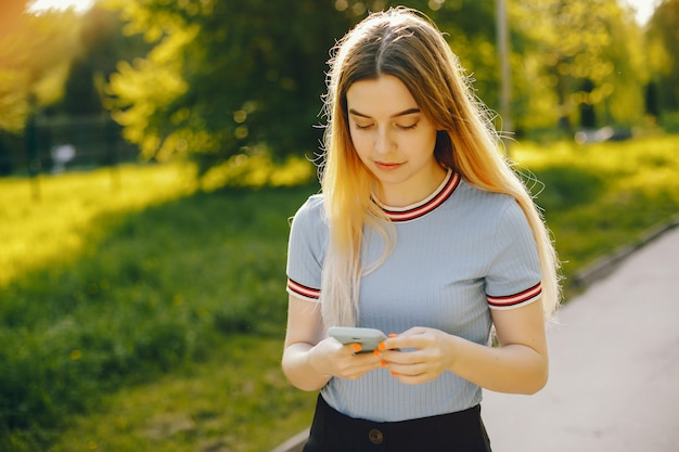 Belle jeune fille belle avec des cheveux blonds brillants et une jupe passer du bon temps Photo gratuit