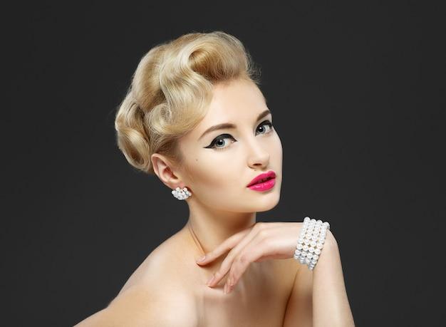 Belle jeune fille avec des bijoux Photo Premium