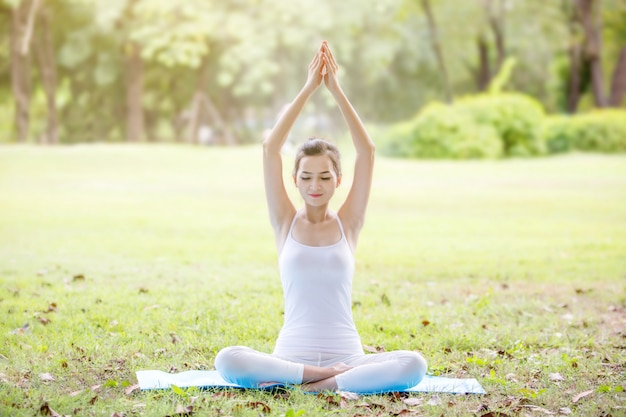 Belle Jeune Fille Faisant Du Yoga Près Du Lac Dans Le Parc Naturel Photo Premium