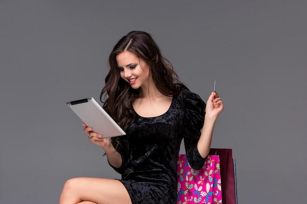 Belle Jeune Fille Payant Par Carte De Crédit Pour Faire Du Shopping Photo gratuit