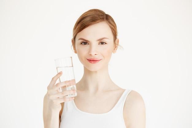 Belle Jeune Fille Avec Une Peau Parfaite Souriant Tenant Un Verre D'eau. Mode De Vie Beauté Et Santé. Photo gratuit