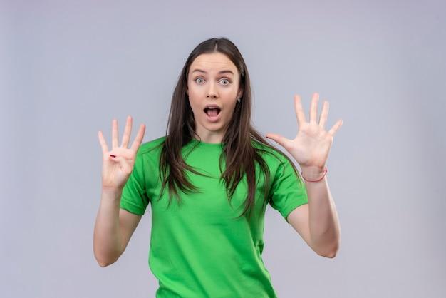 Belle Jeune Fille Portant Un T-shirt Vert Montrant Et Pointant Vers Le Haut Avec Les Doigts Numéro Quatre à La Surprise Debout Sur Fond Blanc Isolé Photo gratuit