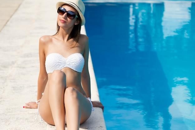 Belle, jeune, fille sexy profite en été près de la piscine. Photo gratuit