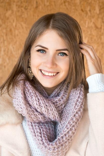 Belle Jeune Fille Souriante Positive Heureuse Avec Portrait D'écharpe Tricotée Photo Premium