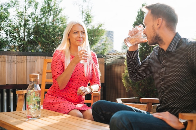 Belle jeune homme et femme boit des boissons Photo gratuit
