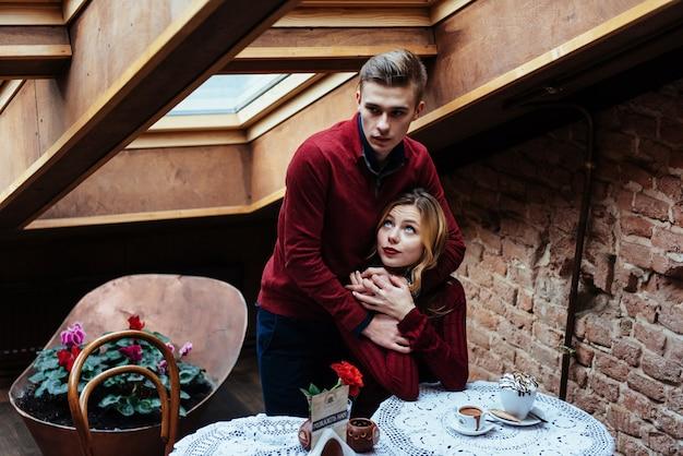 Belle jeune homme et une femme célèbrent la saint valentin Photo Premium