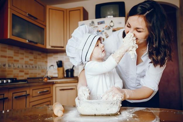 Une Belle Jeune Maman Avec Sa Petite Fille Cuisine Dans La Cuisine à La Maison Photo gratuit