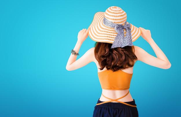 Belle jolie femme portant un chapeau de paille et un costume sexy Photo Premium