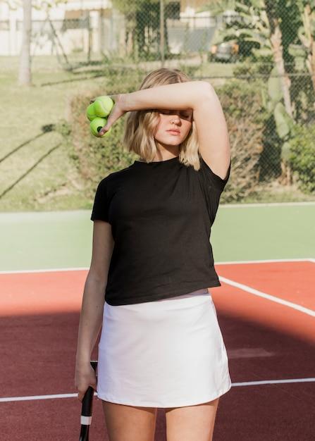 Belle Joueuse De Tennis Se Cachant Du Soleil Photo gratuit