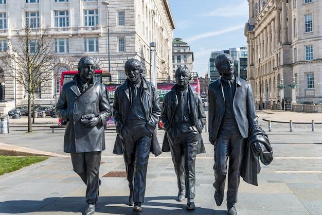 Belle journée ensoleillée à liverpool, royaume-uni, différentes vues de la ville Photo Premium