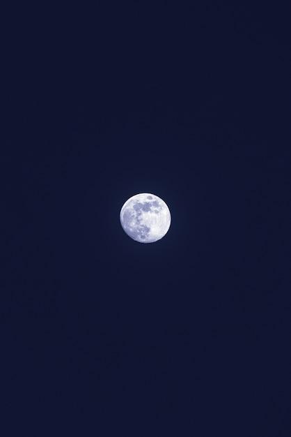 Belle Lune Blanche Solitaire Dans Le Ciel Bleu Foncé Photo gratuit