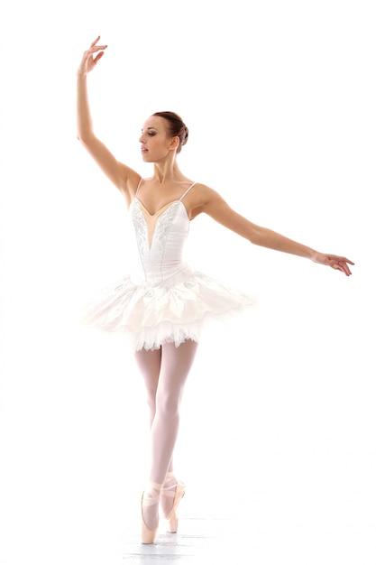 Belle et magnifique ballerine en pose de ballete Photo gratuit