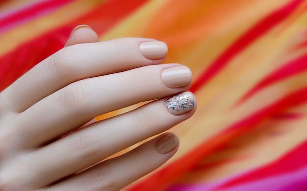 Belle Main Féminine Avec Un Design Ongle Beige. Photo Premium