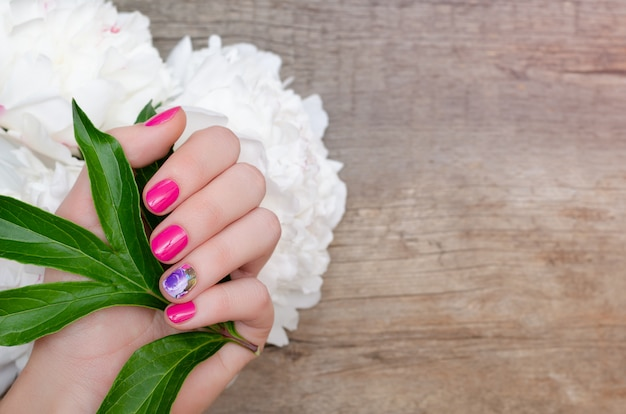 Belle Main Féminine Avec Un Design Ongle Rose Photo Premium