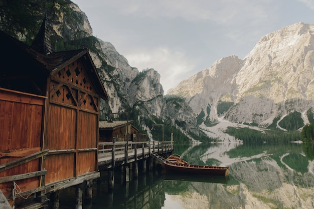 Belle maison en bois au bord du lac quelque part dans les dolomites italiennes Photo gratuit