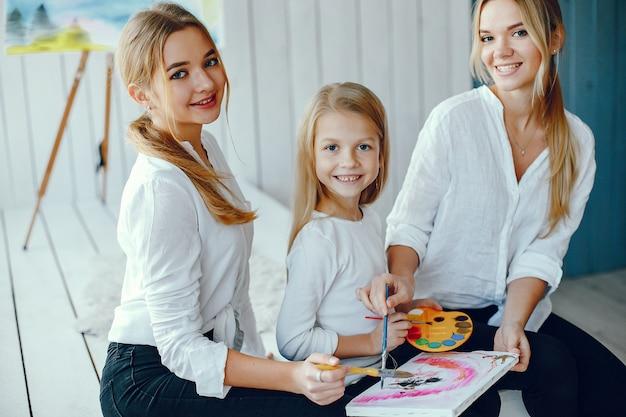 Belle Maman Et Sa Fille Dessinent Photo gratuit