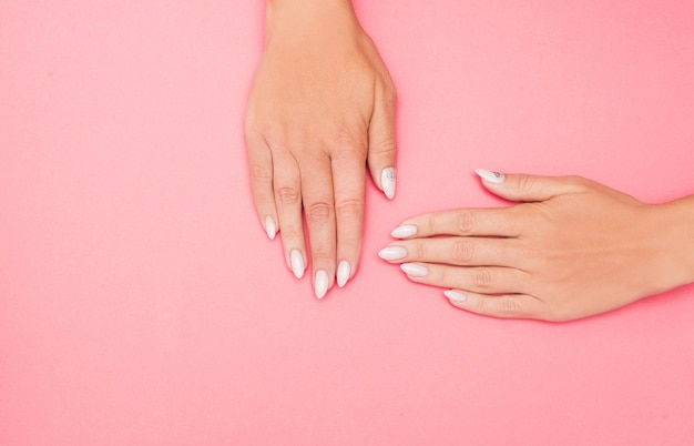 Belle Manucure Féminine élégante Sur Rose Photo Premium