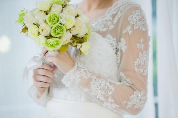 Belle mariée avec bouquet de fleurs de mariage Photo gratuit