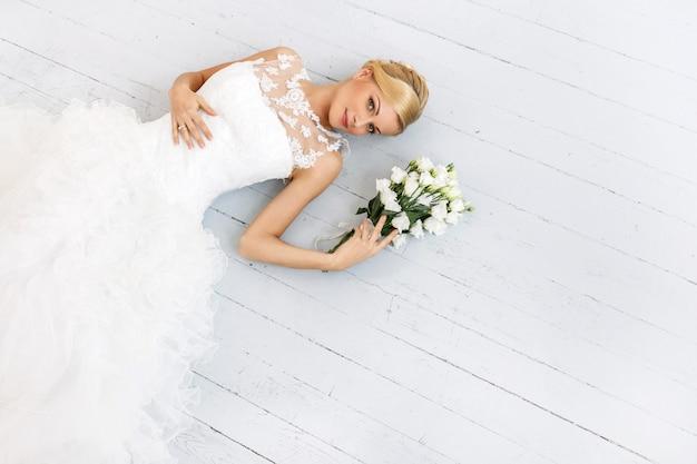 Belle Mariée Avec Bouquet Photo gratuit