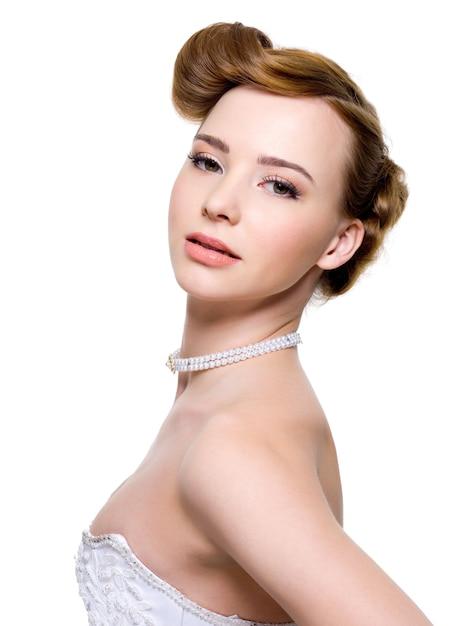 Belle Mariée Avec Une Coiffure De Mariage De Mode Photo gratuit