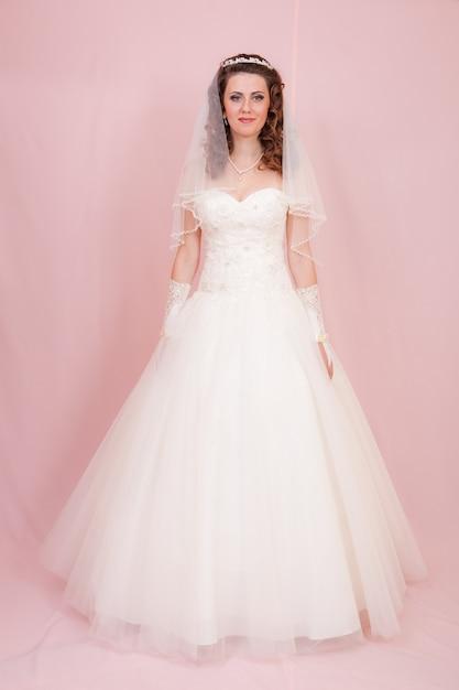 Belle mariée est debout en robe de mariée Photo Premium