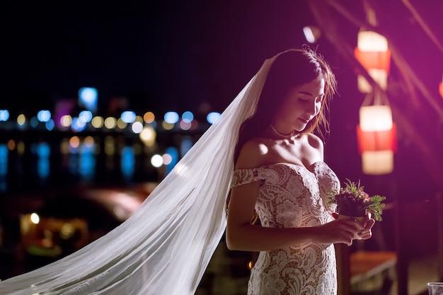 Une belle mariée est seule dans une nuit romantique. Photo Premium