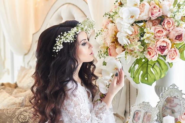 Belle mariée en lingerie et avec une guirlande de fleurs sur sa tête Photo Premium