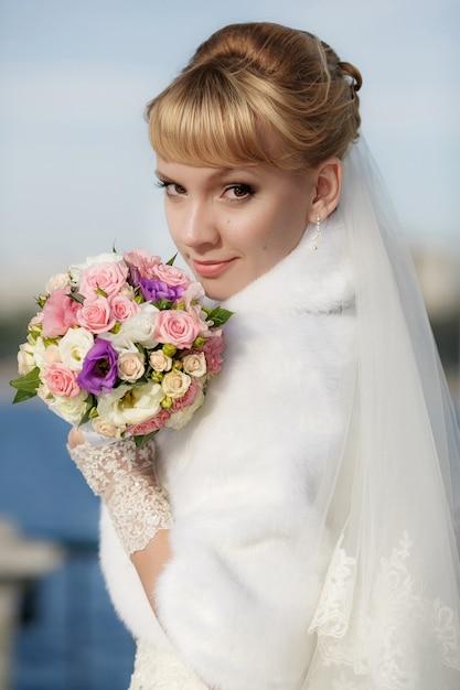 Belle mariée en manteau de fourrure blanche Photo Premium