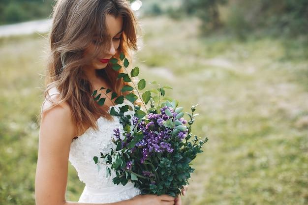 Belle mariée marchant dans un champ d'été Photo gratuit