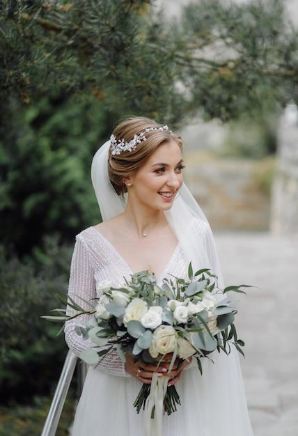 Une Belle Mariée Portant Une Robe De Mariée Photo gratuit