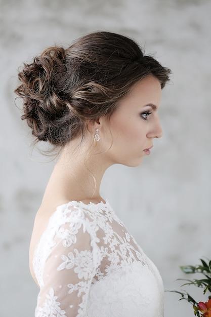 Belle Mariée Avec Une Robe Blanche Photo gratuit