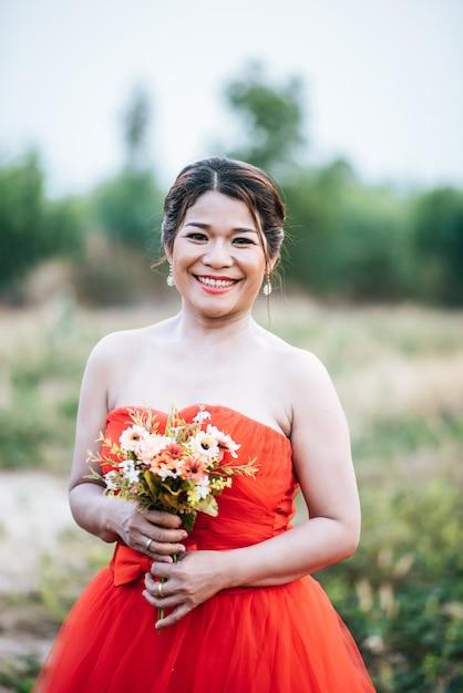 Belle mariée en robe de mariée affichant dans la nature Photo gratuit