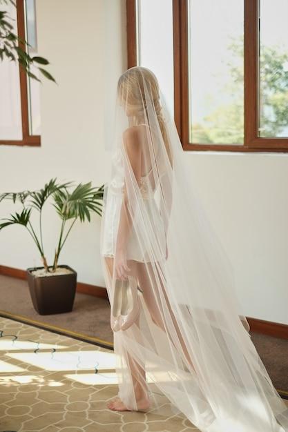 Belle mariée en robe de mariée blanche et voile debout en attente pour marié avant la cérémonie de mariage, Photo Premium