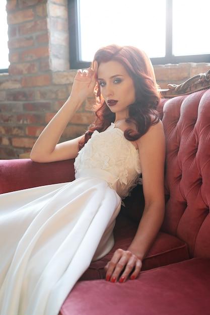 Belle Mariée En Robe De Mariée Blanche Photo gratuit