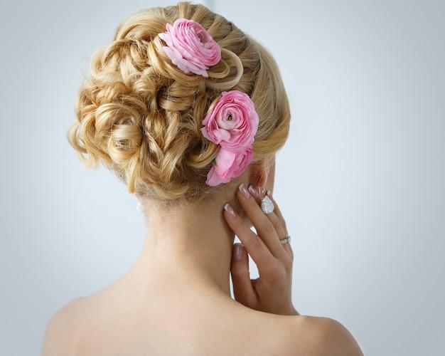 Belle Mariée Avec Des Roses Sur Les Cheveux Photo gratuit