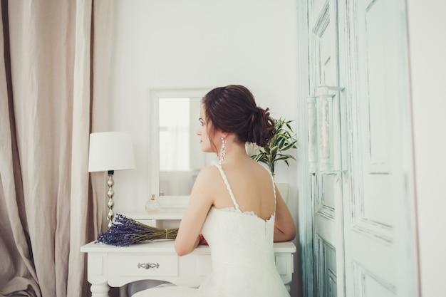 Belle mariée sexy en robe blanche Photo Premium