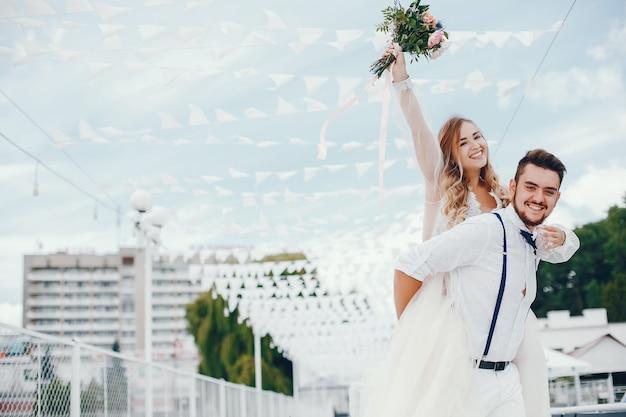 Belle mariée avec son mari dans un parc Photo gratuit