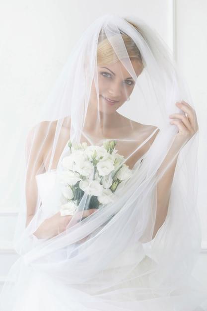 Belle Mariée Avec Voile Et Bouquet Photo gratuit