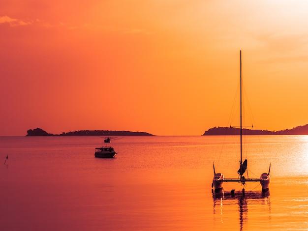 Belle mer tropicale et océan avec voilier ou yatch Photo gratuit