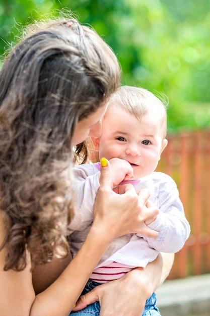 Belle Mère Et Bébé à L'extérieur Photo Premium