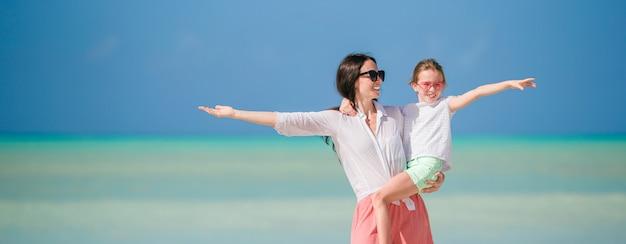 Belle Mère Et Fille Sur La Plage Des Caraïbes Photo Premium