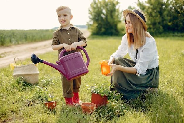 Belle mère avec petit fils dans un champ d'été Photo gratuit