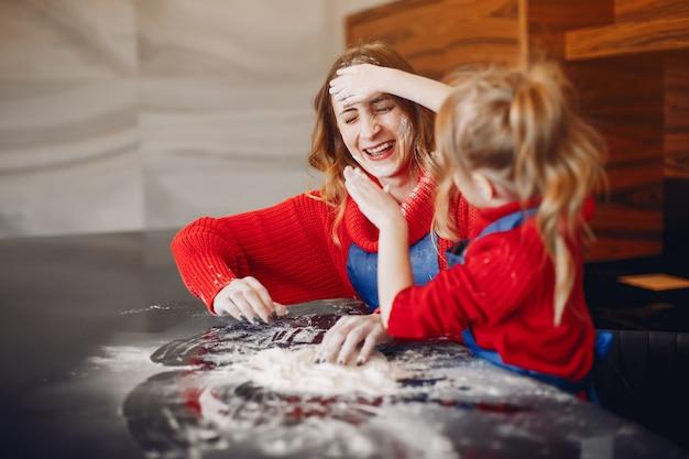 Belle mère avec une petite fille Photo gratuit